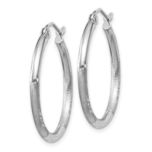14kt White Gold 1in Diamond-cut Satin Hoop Earrings 2mm