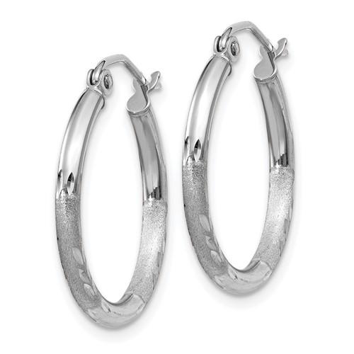 14kt White Gold 3/4in Diamond-cut Satin Hoop Earrings 2mm